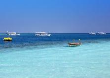 Barche moderne tradizionali di dhoni e la vecchia barca di legno al mare, Maldive Immagini Stock Libere da Diritti