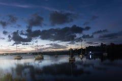 Barche nel lago al tramonto in Yamba, Australia fotografie stock libere da diritti