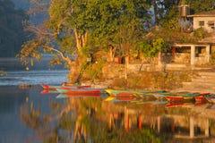 Barche nel lago Fewa Fotografie Stock Libere da Diritti