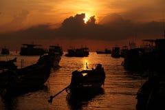 Barche nel mare di tramonto Fotografie Stock Libere da Diritti