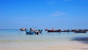 Barche nel mare tropicale vicino alla spiaggia tropicale stock footage