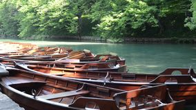 Barche nel parco nazionale di Plitvice stock footage