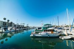 Barche nel porto di riva dell'oceano immagini stock libere da diritti