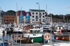 Barche nel porto di Torshavn alle isole faroe fotografia stock
