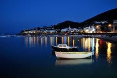 Barche nel riflesso di notte Fotografia Stock