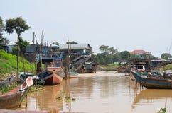 Barche nel villaggio di galleggiamento di Kompong Pluk Immagini Stock Libere da Diritti