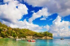 Barche nel villaggio di Loggos, isola di Paxos Fotografia Stock Libera da Diritti