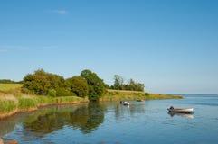 Barche nell'acqua vicino alla linea costiera in Danimarca Immagini Stock Libere da Diritti