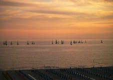 Barche nell'ambito di un tramonto italiano Immagini Stock