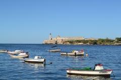 Barche nell'Oceano Atlantico Vista al castello di morro di EL e del faro dal lungonmare immagine stock