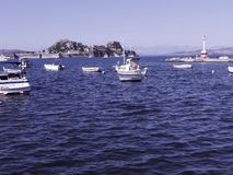barche nella baia dalla città di Corfù sull'isola greca di Corfù Fotografie Stock