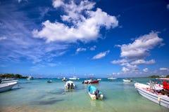 Barche nella baia del turchese Fotografie Stock Libere da Diritti