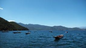 Barche nella baia di Goddes del lago Lugu fotografia stock