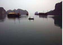 Barche nella baia di lunghezza dell'ha fotografia stock