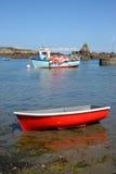 Barche nella baia Guernsey, isole del canale Fotografie Stock