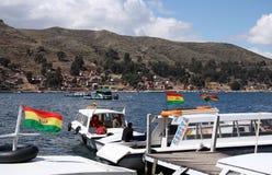 Barche nello stretto di Tiquina nel lago Titicaca, Bolivia Immagini Stock