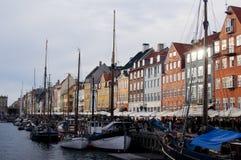 Barche in Nyhavn, un giorno nuvoloso a Copenhaghen, la Danimarca Fotografia Stock Libera da Diritti