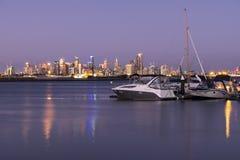 Barche, orizzonte della città al tramonto Fotografia Stock