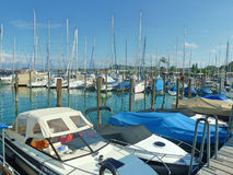 Barche parcheggiate al bacino in porticciolo Fotografia Stock Libera da Diritti