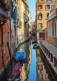Barche parcheggiate Bello canale a Venezia Italia fotografie stock libere da diritti