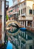 Barche parcheggiate Bello canale a Venezia Italia immagini stock libere da diritti