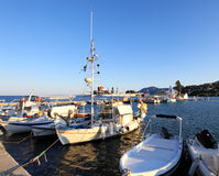 Barche in piccolo porto vicino al monastero di Vlacherna, Corfù, Grecia Fotografie Stock Libere da Diritti