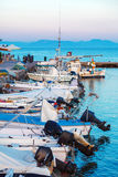 Barche in piccolo porto vicino al monastero di Vlacherna, Kanoni, Corfù, G Fotografie Stock