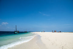 Barche private e spiaggia sabbiosa bianca con i turisti europei, una piccola isola a distanza nell'Oceano Indiano, Tanzania Fotografia Stock