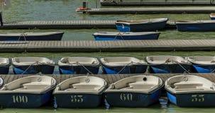 Barche a remi nel pilastro numerato pronto ad affittare fotografie stock