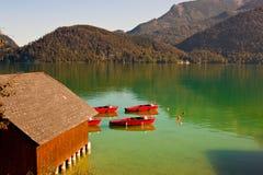 Barche rosse sul lago Wolfgangsee in Austria immagini stock