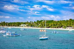 Barche saltare di giro con la spiaggia bianca dall'acqua Fotografie Stock