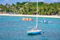 Barche saltare di giro con la spiaggia bianca dall'acqua Immagine Stock