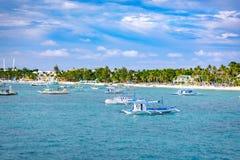 Barche saltare di giro con la spiaggia bianca dall'acqua Fotografie Stock Libere da Diritti