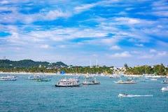 Barche saltare di giro con la spiaggia bianca dall'acqua Immagini Stock