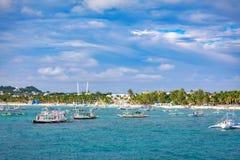 Barche saltare di giro con la spiaggia bianca dall'acqua Fotografia Stock