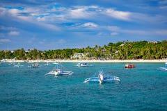 Barche saltare di giro con la spiaggia bianca dall'acqua Fotografia Stock Libera da Diritti