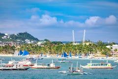 Barche saltare di giro dietro la spiaggia bianca di Boracay dall'acqua Fotografia Stock Libera da Diritti