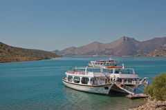 Barche, su cui i turisti sono arrivato al golfo Immagini Stock Libere da Diritti