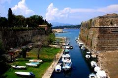 Barche su un canale alla fortezza di Kerkyra Immagine Stock