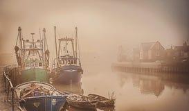 Barche su un fiume nebbioso Fotografie Stock Libere da Diritti