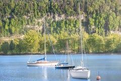 Barche su un lago un giorno soleggiato Immagini Stock