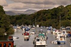 Barche su un lago nelle montagne immagine stock libera da diritti
