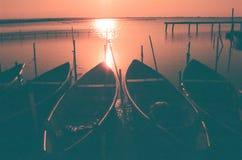 Barche su un tramonto del lago Lesina, Italia Fotografia Stock