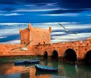 Barche su una costa dell'oceano in Essaouira immagini stock libere da diritti