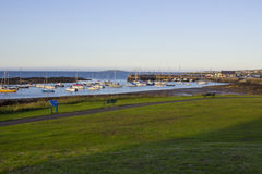 Barche sui loro attracchi accanto all'isola del cuore edule nel porto di marea naturale a Groomsport in Co giù, l'Irlanda del Nor fotografia stock libera da diritti