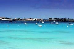 Barche sul bello mare del turchese in Barbados Immagini Stock