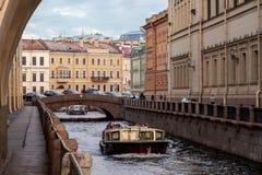 Barche sul canale di St Petersburg Immagini Stock Libere da Diritti