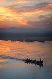 Barche sul fiume al crepuscolo Fotografia Stock