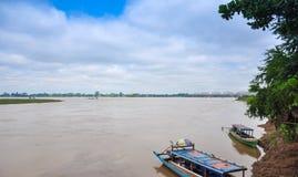 Barche sul fiume di Irrawaddy, regione di Sagaing, Myanmar Immagine Stock