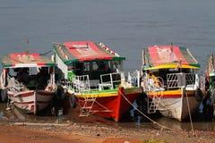 Barche sul fiume di Irrawaddy vicino a Bagan immagine stock